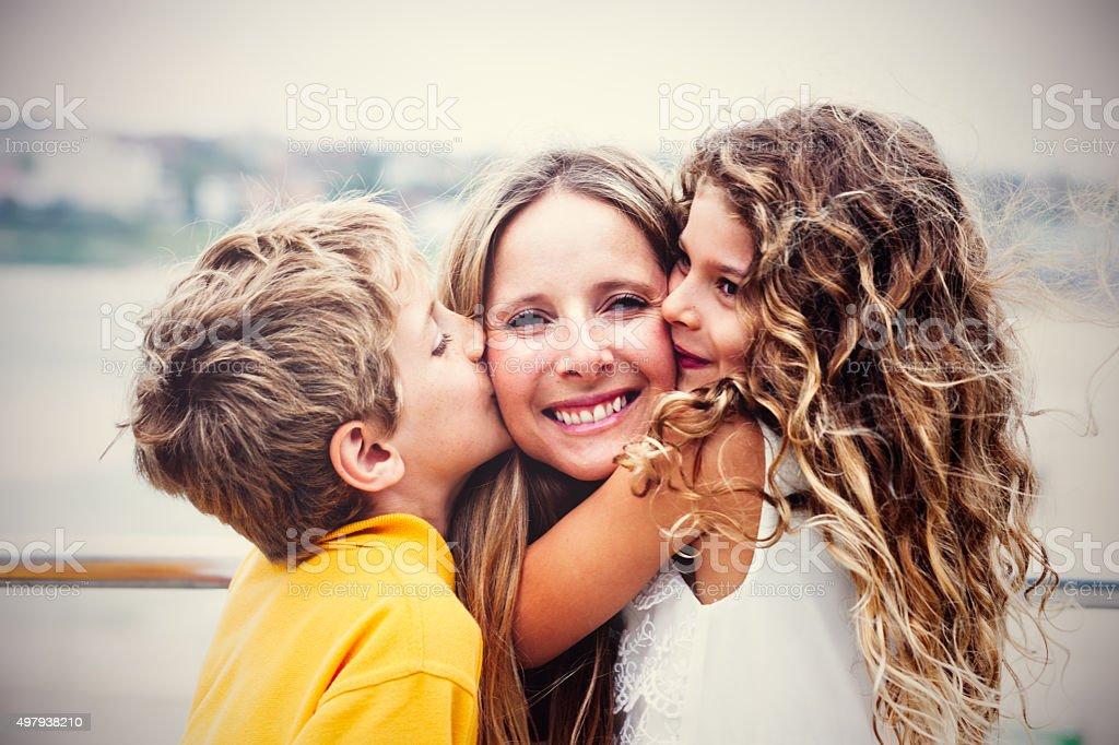 Real glückliche Mutter mit ihren Kindern – Foto