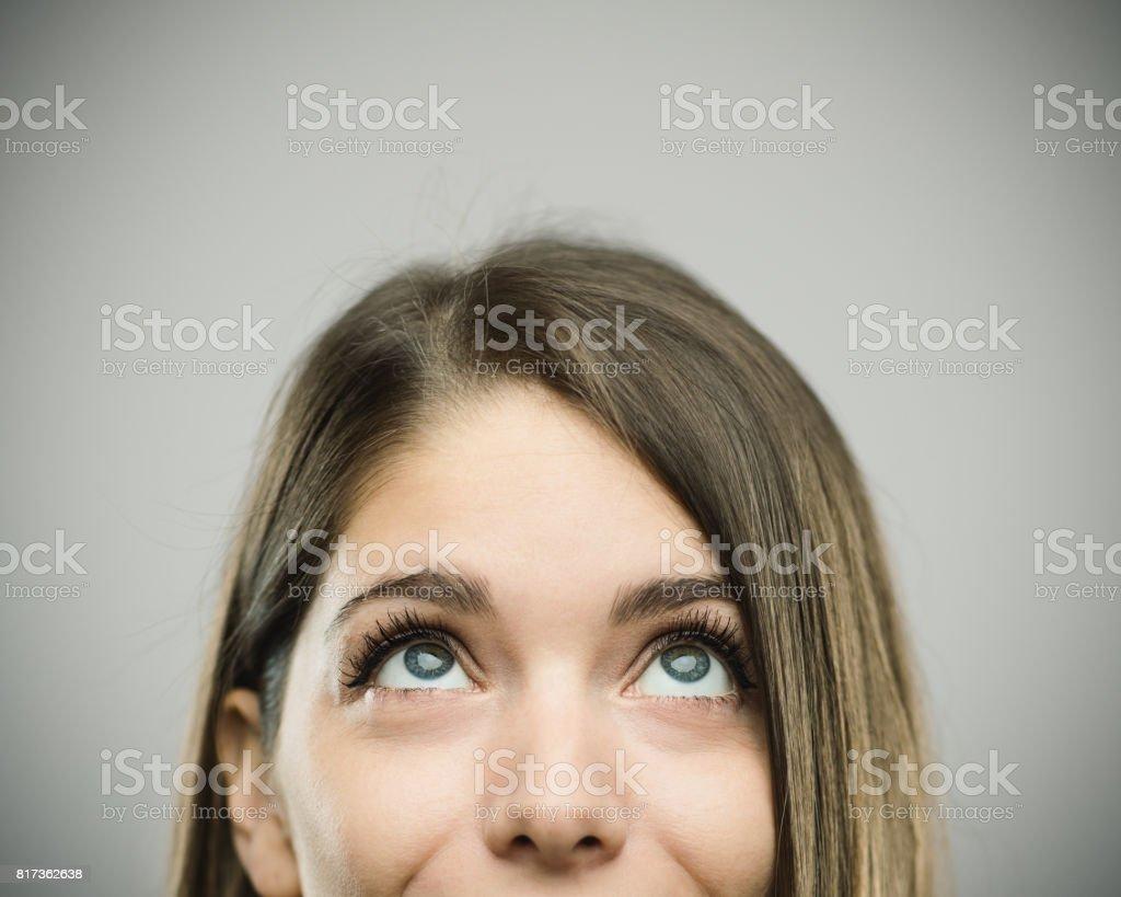 Wirklich glückliche junge Frau Studioportrait nachschlagen – Foto