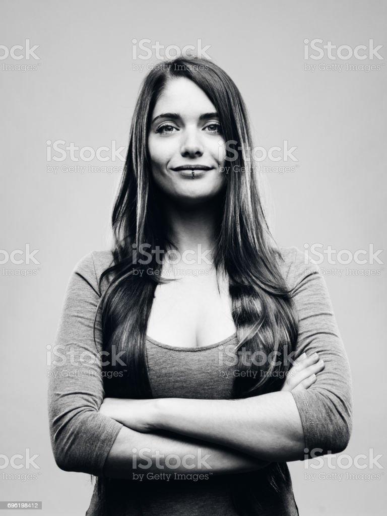 Riktig glad ung kvinna studio porträtt bildbanksfoto