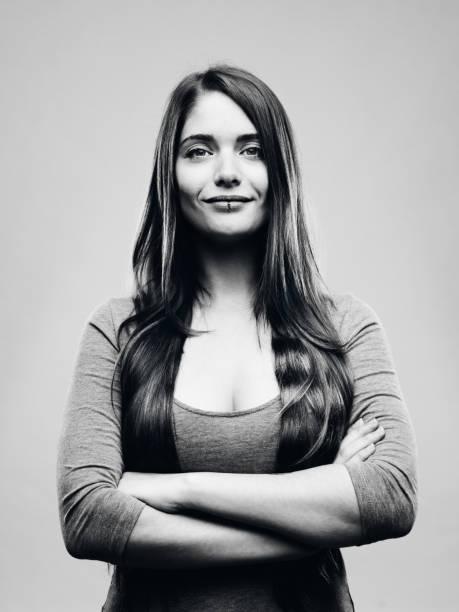 real happy young woman studio portrait - bianco e nero foto e immagini stock