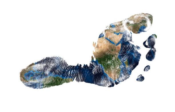 Echte Abdruck der Füße des Kindes mit einer Weltkarte, die isoliert auf weißem Hintergrund – Foto