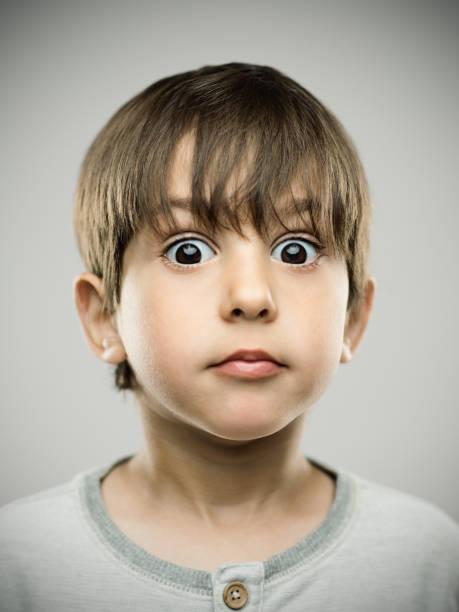 echtes kind schauen fassungslos - schulkind nur jungen stock-fotos und bilder