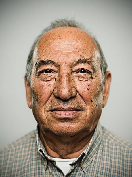 echte mann - senior mann porträts stock-fotos und bilder