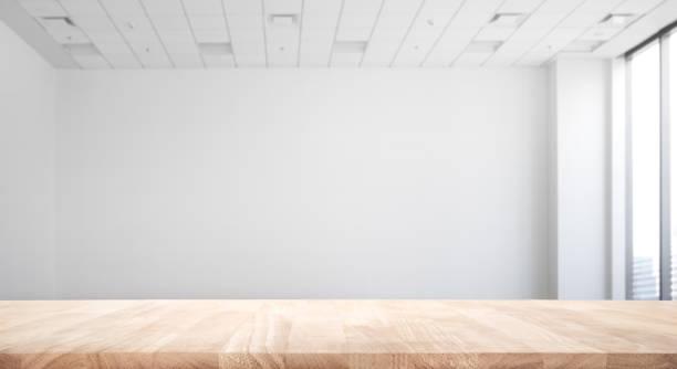本当の自然木のテーブル ホワイト ルーム オフィス背景にトップ - テーブル 無人 ストックフォトと画像
