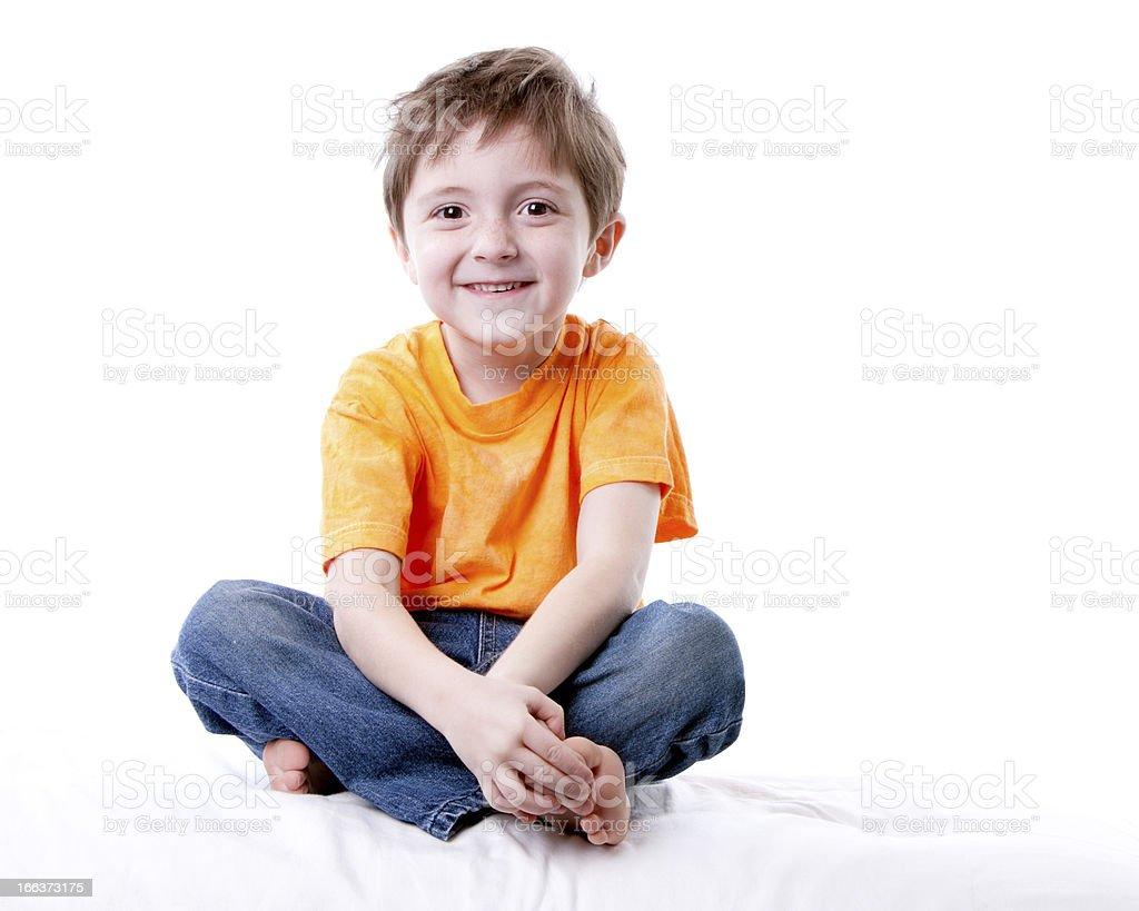 Vraies personnes: Souriant Caucasien petit garçon assis Cross jambes - Photo