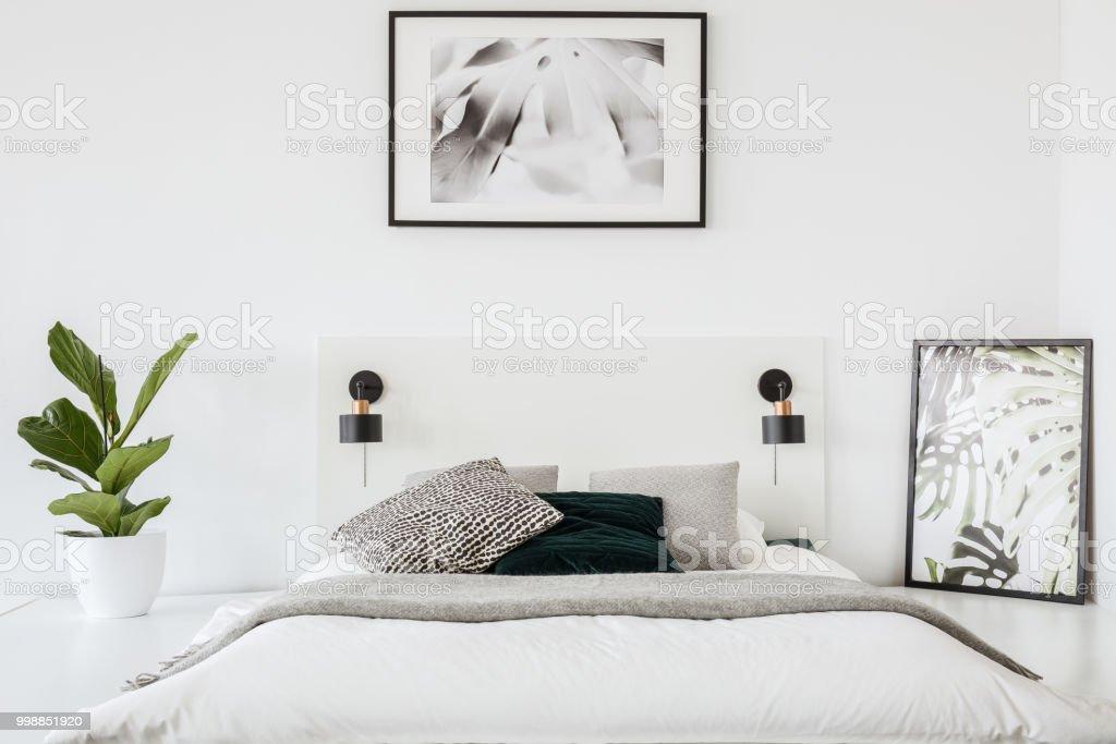 Echtes Foto Von Einem Bett In Einem Weißen Schlafzimmer ...