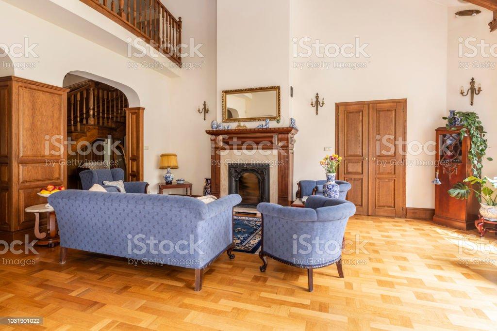 Echtes Foto Von Einer Blauen Reihe Von Sofa Und Stuhle In Ein Elegantes Wohnzimmer Interieur Mit Holzmobeln Und Klassischen Kamin Stockfoto Und Mehr Bilder Von Blau Istock