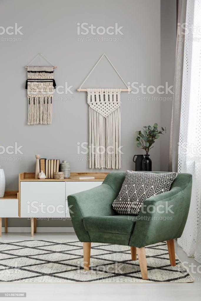 Echtes Foto Von Einem Boho Wohnzimmer Interieur Mit Makramee ...