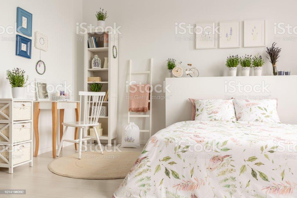 Echtes Foto Von Einem Interieur Pastell Schlafzimmer Mit Einem Doppelbett Florale Bettwasche Schminktisch Stuhl Regal Und Pflanzen Stockfoto Und Mehr Bilder Von Anziehen Istock