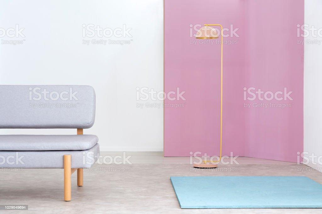 Echtes Foto Von Einem Rosa Und Gold Lampe Zwischen Eine Graue Couch