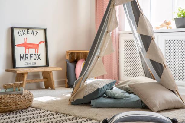 echtes foto eines spielzimmers mit zelt, kissen und poster eines fuchses - fuchs kissen stock-fotos und bilder