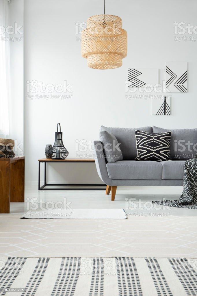 Echtes Foto Einer Rattan Lampe Hangen Uber Einem Grauen Sofa