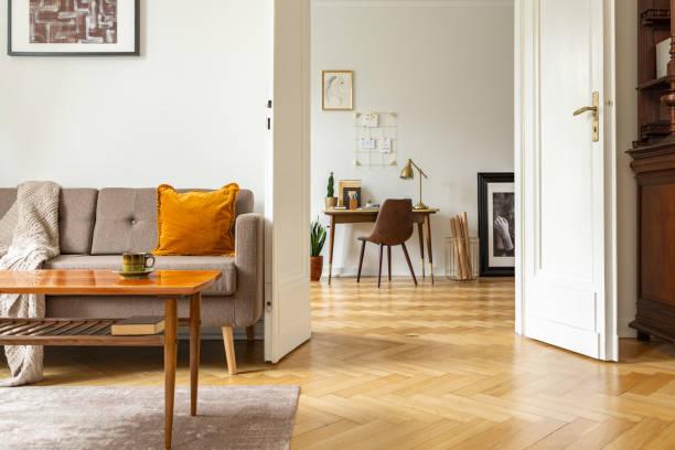 Echtes Foto von einem Retro-Wohnzimmer Interieur und Blick auf einem home-Office. Blick durch eine Tür – Foto