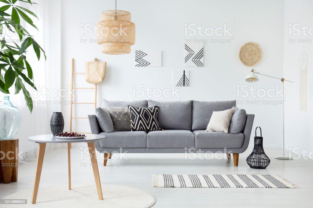 photo relle dun intrieur simple salon avec coussins sur le canap gris peintures