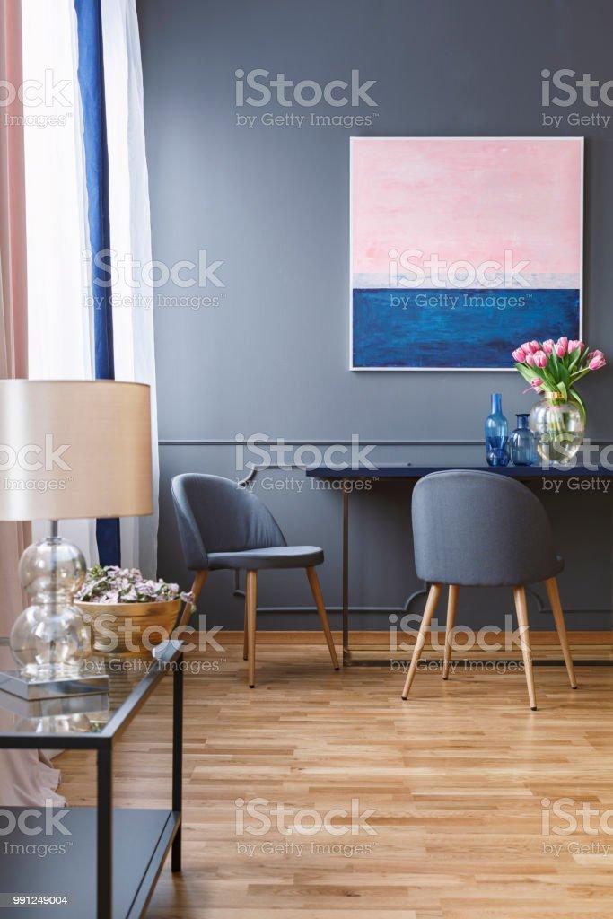 Foto Real De Un Amplio Comedor Con Una Pintura Azul Y Rosa En Una ...