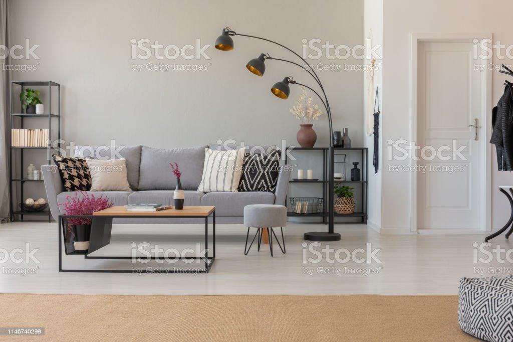 Echtes Foto Eines Geraumigen Wohnzimmerinterieurs Mit Moderner Lampe Couch Couchtisch Und Beigeteppich Stockfoto Und Mehr Bilder Von Beige Istock