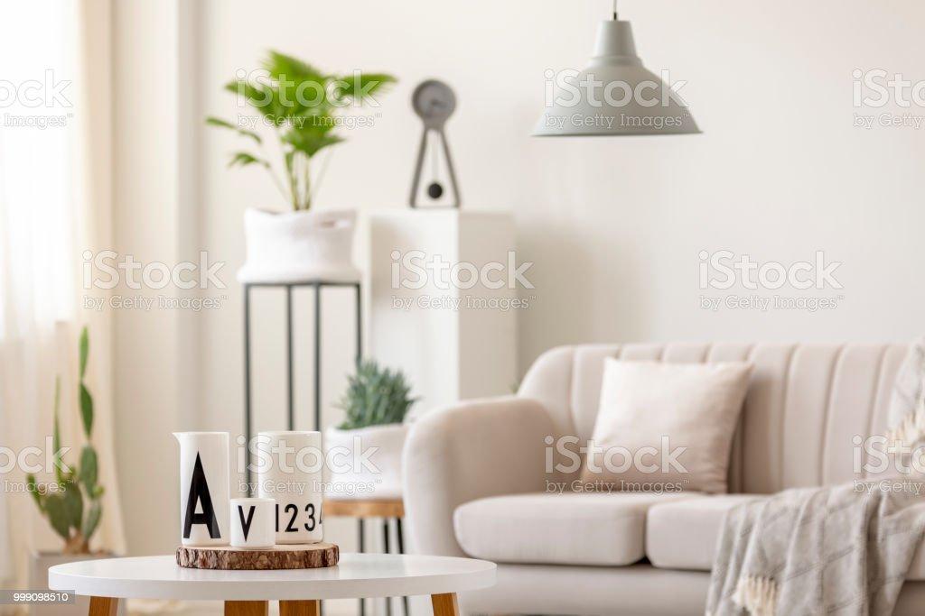 Echte Foto Van De Kaarsen Staan Op Tafel Voor Een Wazig Bank Lamp En Planten In Wit Woonkamer Interieur Stockfoto En Meer Beelden Van Appartement Istock