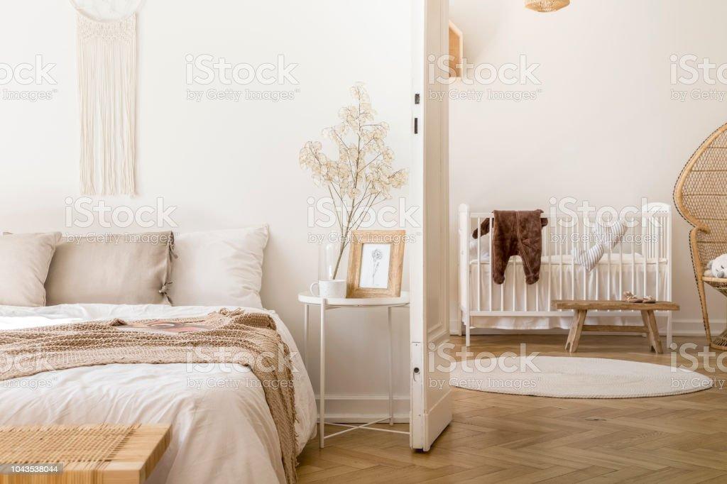 Echtes Foto Von Weißen Schlafzimmer Innenraum Mit Nachttisch Mit ...