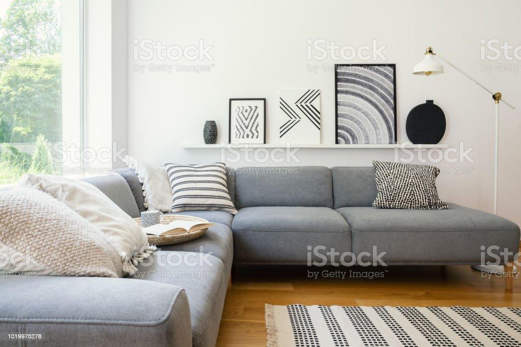 Echtes Foto Von Scandi Wohnzimmer Innen Mit Metall Lampe