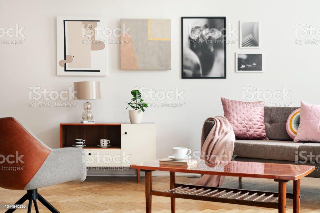 Echtes Foto Von Weißen Wohnzimmer Interieur Mit Poster An Wand Couch