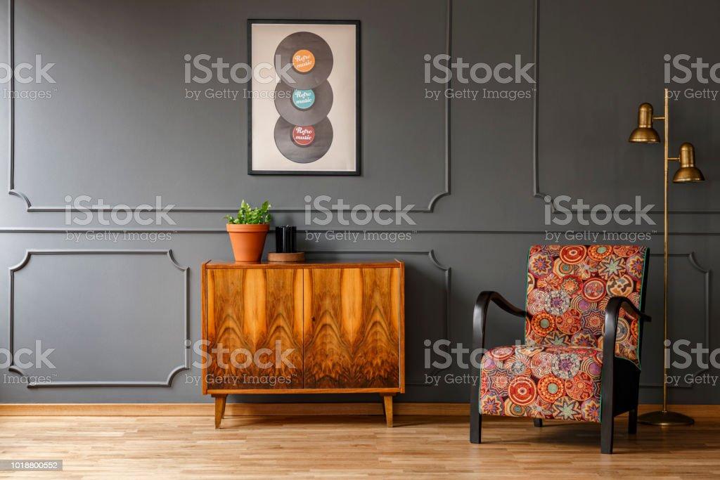 Badkamerkast Met Lamp : Echte foto van houten retro kast met verse plant en kaars