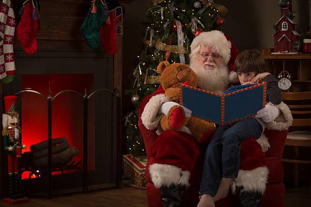 real santa claus lesen eine geschichte für ein junge - nikolaus geschichte stock-fotos und bilder