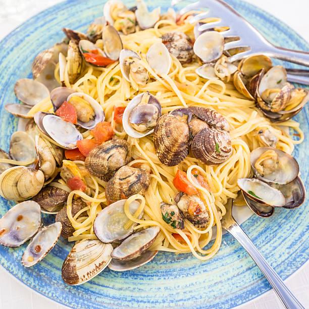 real spaghetti alle vongole in naples, italy - pasta vongole bildbanksfoton och bilder