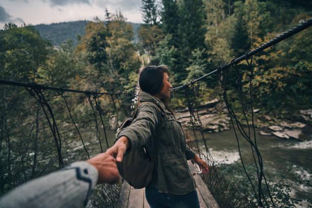 fiducie véritable. - passerelle pont photos et images de collection