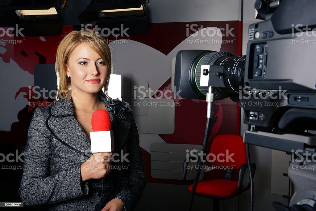 Real tv news reporter vor dem video camera – Foto