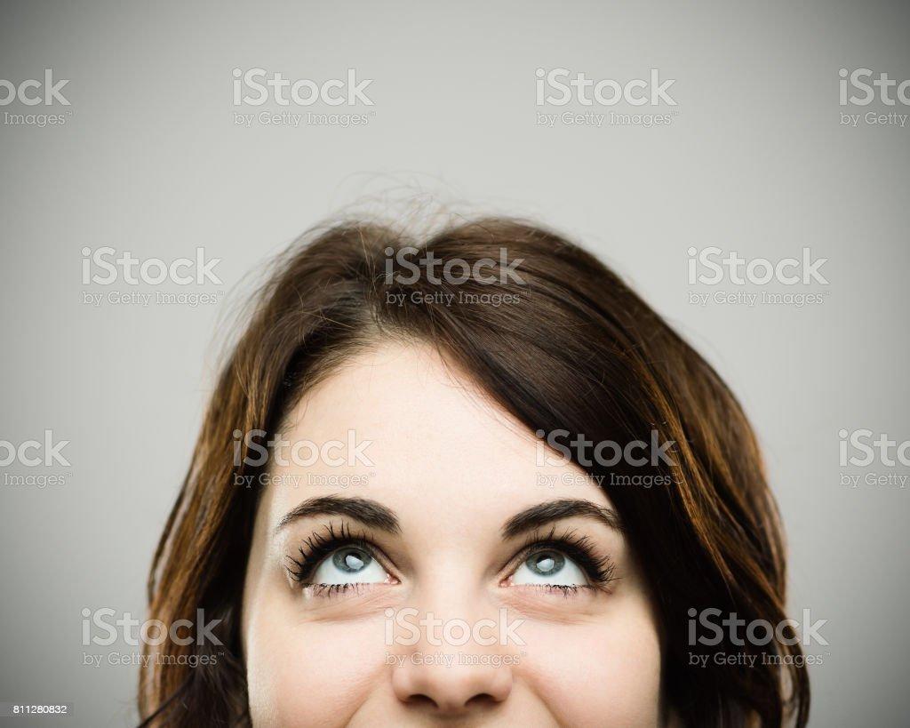 Echte junge Frau blickte lächelnd – Foto