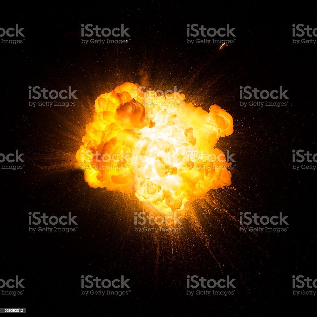 Realistische feurigen explosion abweisenden auf schwarzem Hintergrund – Foto