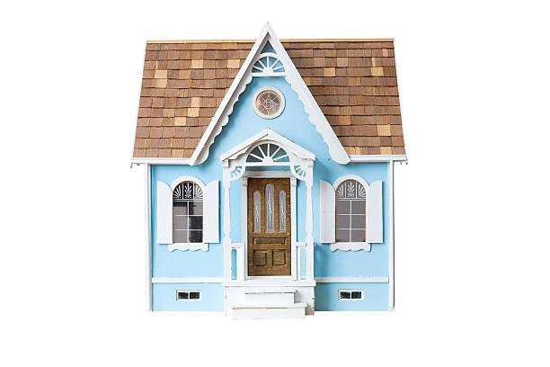 realistische aussehende hölzerne puppenhaus, isoliert auf weiss mit clipping path - holzfiguren stock-fotos und bilder
