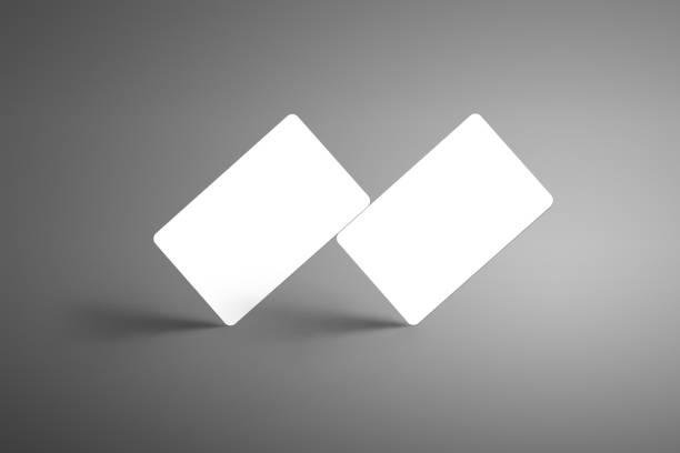 realistische weißen mock-up von zwei bank geschenkkarten isoliert auf einem studio-hintergrund. - gutschein ausdrucken stock-fotos und bilder