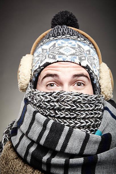 wirklich kalte winter - mützenschal stock-fotos und bilder