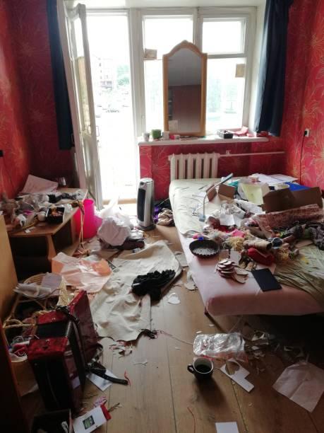 wirklich chaotisch Schlafzimmer morgens – Foto