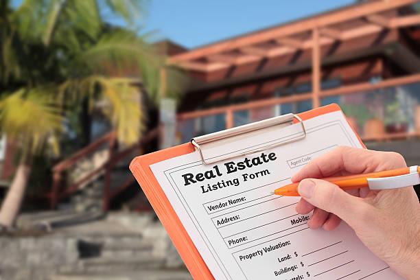 makler rundet ein eigenheim liste außerhalb haus zum verkauf - immobilienangebote stock-fotos und bilder