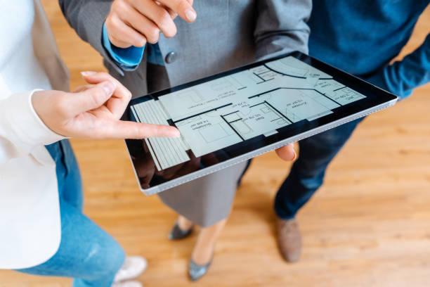 Realtor erklärt Grundriss Plan, ein Haus zu kaufen – Foto