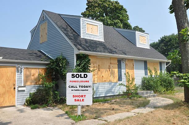 embargo hipotecario realtor señal en abandonado cape código de casa suburbana jardín - embargo hipotecario fotografías e imágenes de stock