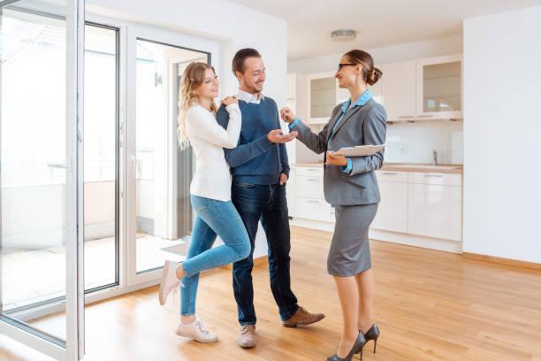 Realtor gibt Hausschlüssel an Käufer oder Mieter – Foto