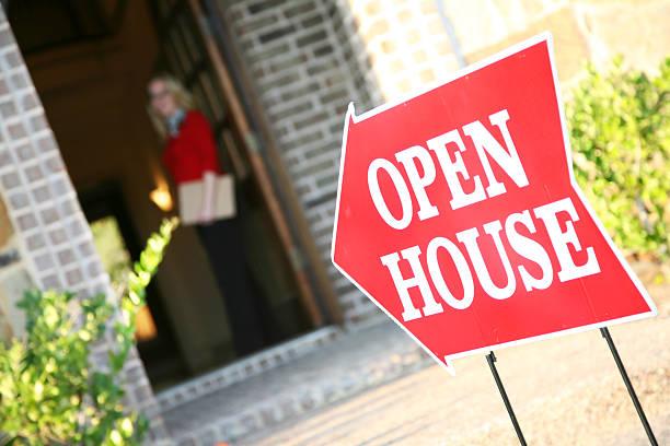 realtor abertura de porta em um open house - aberto - fotografias e filmes do acervo