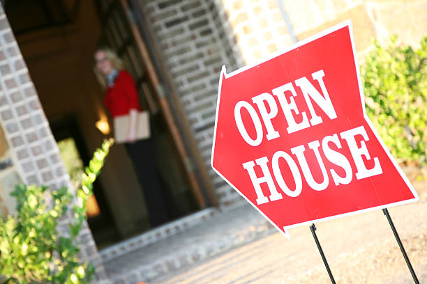 realtor opening door at an open house - open stockfoto's en -beelden
