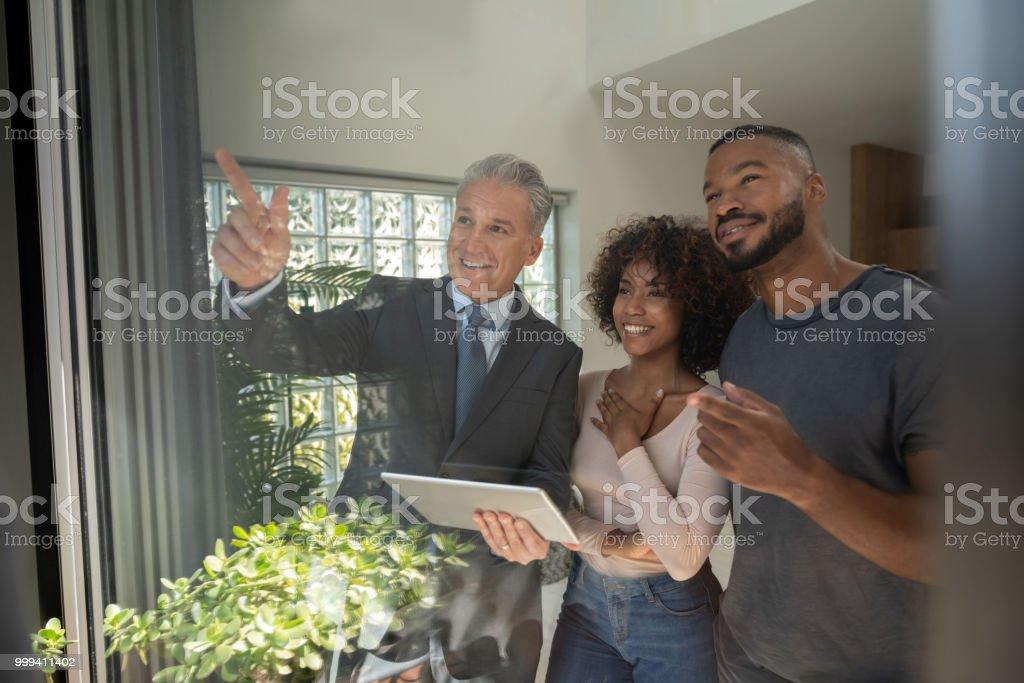 Makler eine Immobilie zu einem afrikanischen amerikanischen Ehepaar zeigt – Foto