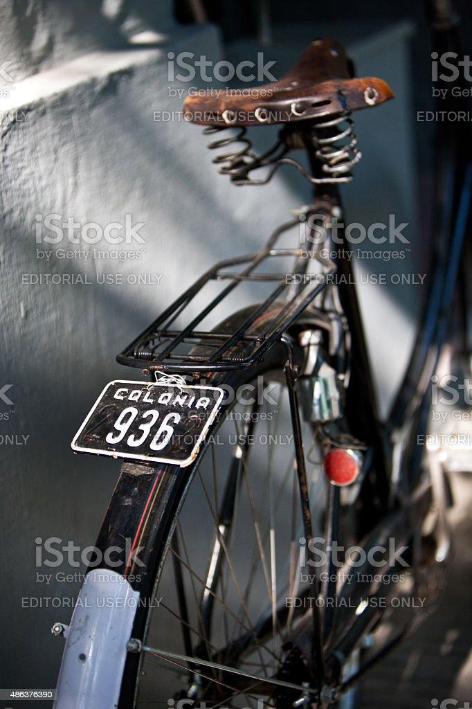 Traseira detalhe da rua Vintage bicicleta placa e assentos - foto de acervo