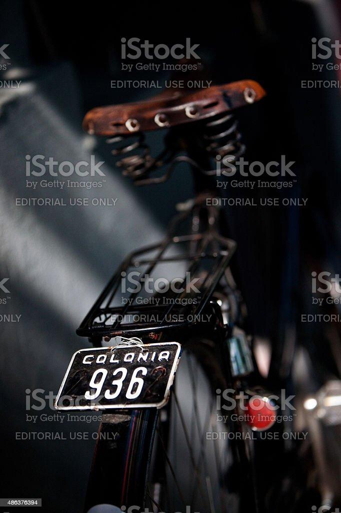 Traseira detalhe da rua Vintage bicicleta placa e assentos foto royalty-free
