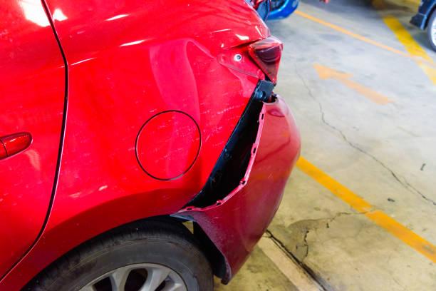 baksidan av röda bilolycka få slå skadan tills kraschen - krockad bil bildbanksfoton och bilder