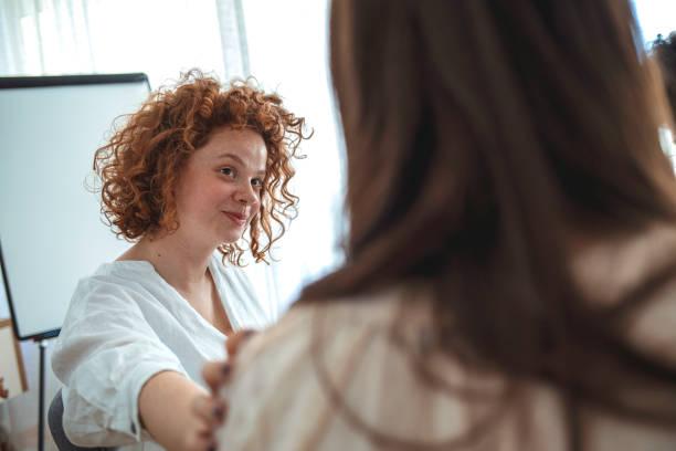 backvy på upprörd kvinna känner depression få psykologiskt stöd - emotionellt stöd bildbanksfoton och bilder