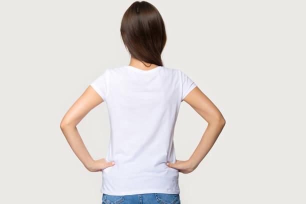 リアビューの女性は白い t シャツを着て腰に手を保持 - 背中 ストックフォトと画像