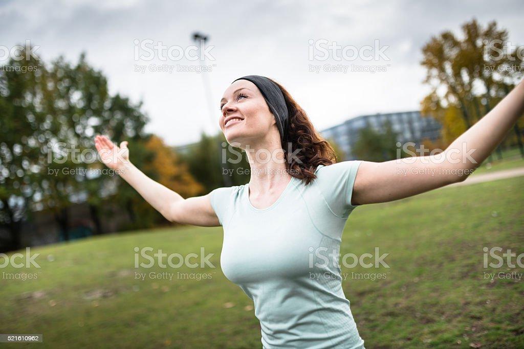 Vista posterior Fitness mujer mostrando el músculo - foto de stock