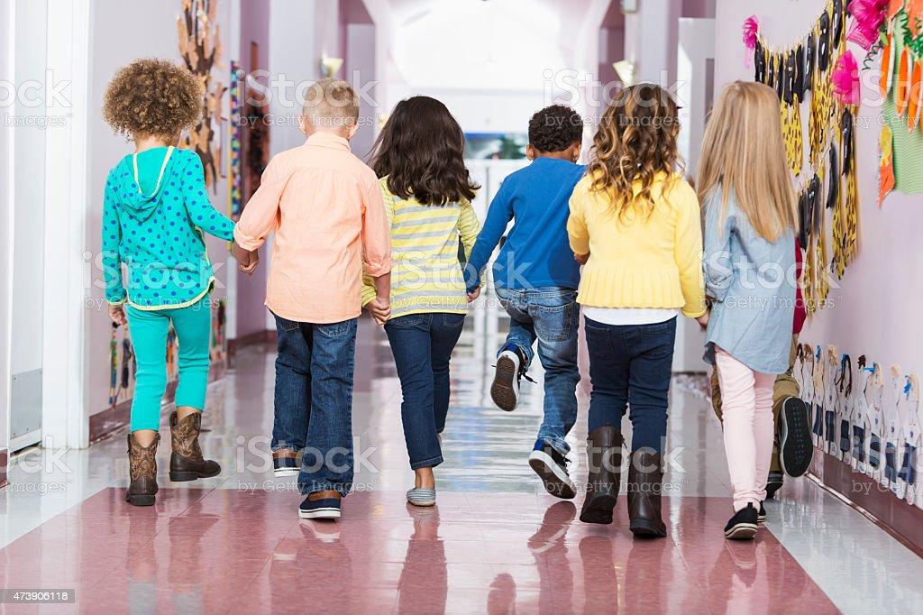 후면, 그룹 preschoolers 걷기 침울 섹션 스톡 사진