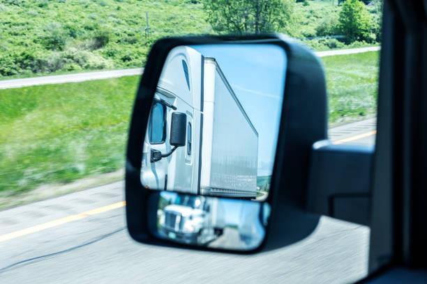 rétroviseur double réflexion approchant camion semi-remorque tracteur - convexe photos et images de collection